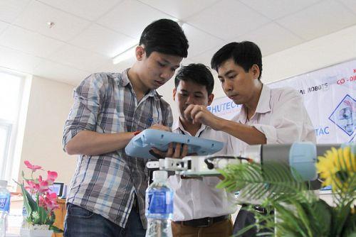 """Sinh viên Cơ – Điện – Điện tử tìm hiểu công nghệ """"Tự động hóa cùng Robots cộng tác"""""""