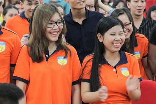 Sinh viên chương trình Đại học Đào tạo bằng tiếng Anh rộn ràng sinh hoạt đầu khóa