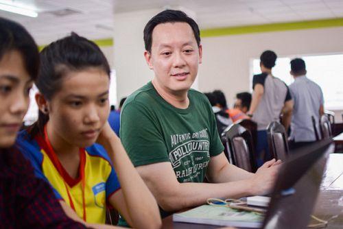 """Thầy giáo """"Mình...đẹp trai"""" - Kenny Nguyễn - sẽ luyện nói tiếng Anh chuẩn cho SV HUTECH"""
